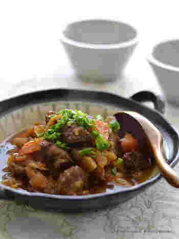 ◆牛すね肉と根菜の黒酢煮  牛すね肉などの硬いお肉や根菜も、やわらかく、しっかりと味がしみこみます。 ぜひ、食材のうまみが凝縮された黒酢の煮汁ごと、ごはんにかけて食べたいですね。