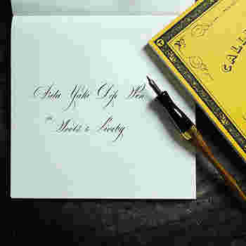万年筆に最適な、裏移りやにじみの少ない紙を使用したメモ帳です。カリグラフィが書きやすいようにガイド線が付いています。
