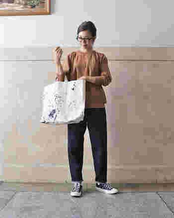 ハイウエストのコーディネートできれいなスタイルにも、少し腰穿きでルーズにカジュアルなスタイルにもコーディネートしやすい1本です。  (One Wash着用)