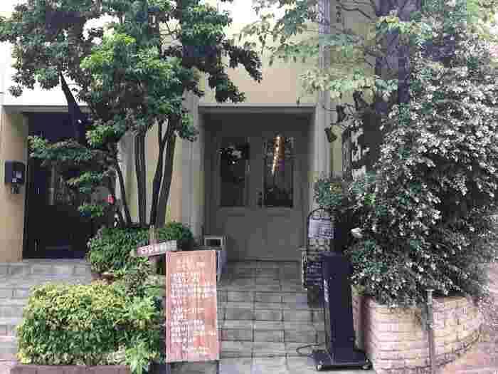 駅から7分ほど歩いたところにある行列の絶えない有名店「Rojiura Curry SAMURAI.」。「1日分の野菜を食べる」をコンセプトに北海道で展開している人気スープカレー店が東京にオープンしたお店です。コクがありマイルドな味わいなので、お子さんやおじいちゃん、おばあちゃんと一緒に家族みんなで楽しめますよ♪