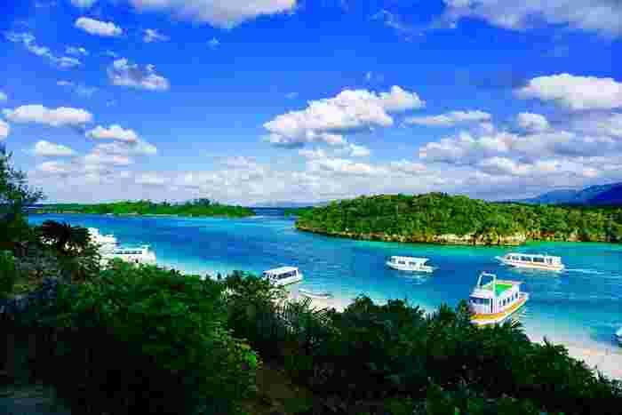 川平湾は石垣島を代表する景勝地です。抜けるような青空、空に浮かぶ白い雲、エメラルドグリーンに輝く透明な海、日射しを浴びて輝く白砂が織りなす景色は、絵葉書のような美しさです。