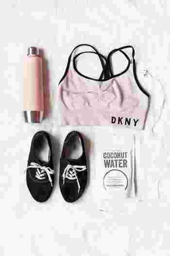 ランニングをする時の格好は、手持ちのスニーカーやTシャツでもOKですが、専用ウェアを用意するとモチベーションがアップします!まずは、お気に入りのアイテムを揃えて気持ちを高めましょう♪