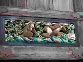 表門をくぐると、すぐ左手には三猿で有名な神厩舎が。こちらも修復で、きれいになっていました。これらの彫刻は、人間の一生を風刺したものだそうです。