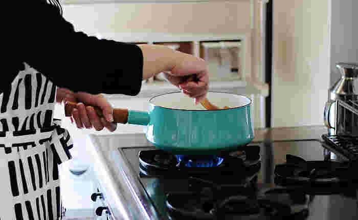 いい道具やいい食器を使うと、料理がよりおいしくなります。だからどんどん作りたくなって、上達も早くなりそう。まずは、キッチンで活躍する7つ道具を中心にお気に入りアイテムをしっかり選んで、いざ新生活へ。素敵なキッチンライフになりますように♪