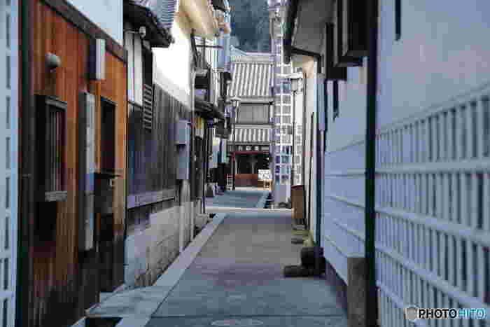 倉敷代官所の前身は、備中国の総代官・小堀遠州がかまえた陣屋で、当初は、兵糧米を倉敷湊から大阪に積み出していました。陣屋が代官所なった以降は、瀬戸内の水運を利用した、米や綿花といった生活物資の流通拠点として、明治維新までの200年を通じて急速に発展し、西日本を代表する大きな商都となりました。