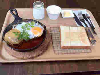 「本日の半端ないランチ」は、「半端ない熟成」1枚と、日替わり2種類からセレクトできるメインのお料理。さらに、バターと小さなお惣菜とデザートがセットになっています。