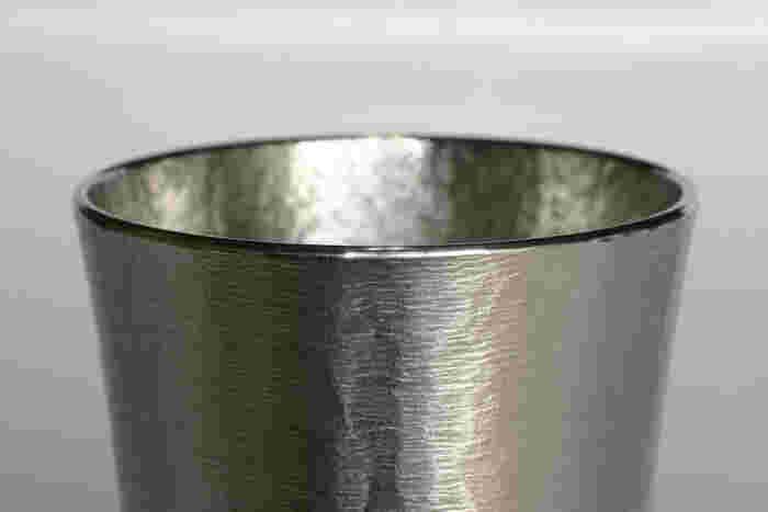 飲み口の部分は反りが心地よく、表面はシルク調の上品な仕上げになっており、プレゼントにも最適。