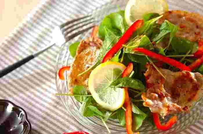 豚肉に生ハムをはさんで焼き付けたサルティンボッカをたっぷりとアレンジした食べごたえのあるサラダです。スライスレモンを添えてさっぱりといただきましょう。