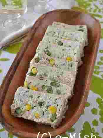 お豆腐を使った、とってもヘルシーなレシピ。お味噌も入ったジャパニーズテイストのテリーヌです。手ごろな食材で出来るもの嬉しいですね。