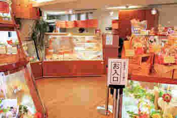 ショーケースには、所せましと生菓子が並んでいます。季節限定のお菓子や日持ちがする焼き菓子も大人気。店内いっぱいにスイーツが飾られていて、訪れるだけでもワクワク楽しい気分に。