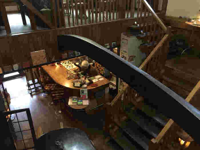 「紅茶の店 しゅん」は、その名のとおり紅茶好きさんにはたまらない、紅茶専門のカフェ。店内は二階建てで、このような吹き抜けのつくり。  あたたかみのある木造で、開放感もあって、居心地抜群ですね。