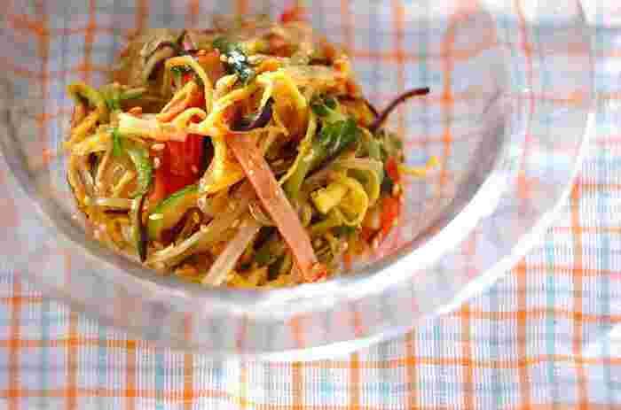 春雨とハムやキュウリなどを、黒酢で作ったドレッシングで和えた、中華風の春雨サラダ。この黒酢ドレッシングは普段のサラダにも使えるので、覚えておくと便利ですよ。