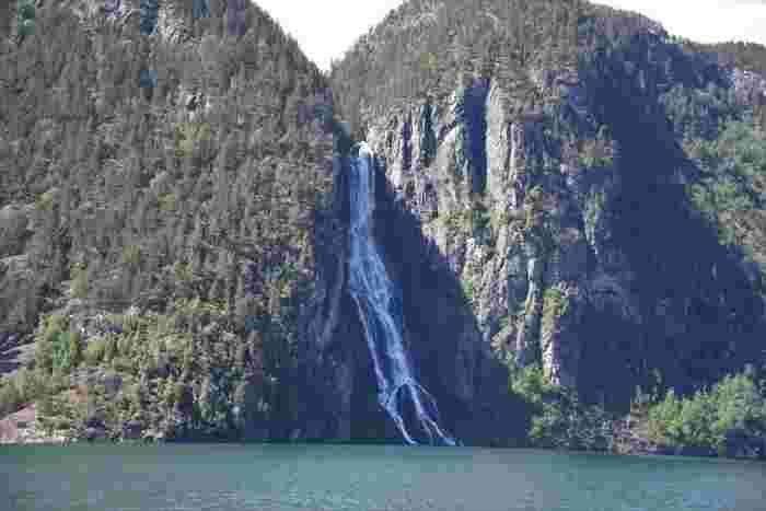 全長204mにも渡るフィヨルドを見物することができるほか、この絶景を様々な角度から楽しむことができます。フェリーから見ると山々の壮大さや大きな滝などが目の前に迫ってきて迫力満点!