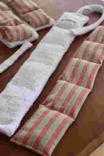 長い帯状に作って首や肩に巻いて使えば、動いている間もぽかぽかです。細長く作る時は幾つかの仕切りに分けて玄米を入れると、中身が偏らず温かさが均等になります。