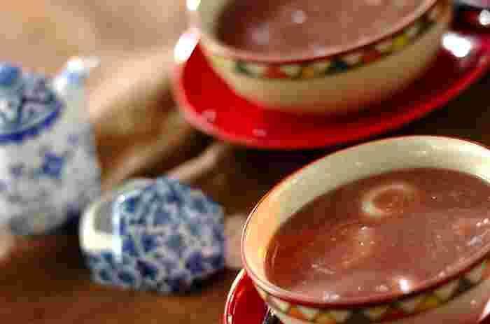 冬至に小豆粥を食べる習慣は韓国にもありますよ♪お砂糖を入れて食べることの多い「パッチュク(小豆粥)」は、もち米でつくったお団子を入れるそう。こちらのレシピでは白玉を入れて、小豆をミキサーにかけた口当たりが滑らかなパッチュクです。