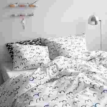 ベッド周りは布をたっぷり使うので、圧迫感なく心地よい雰囲気のテキスタイルを選ぶのは重要。ファインリトルデイの「バード」はとても軽やかでさわやかな雰囲気なので、いつでも心地よくいられそうです。