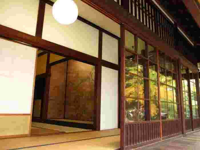 【「東博」では、春秋に庭園が一般公開されている(入場料のみ要)。桜の春も良いが、特に秋の紅葉時が秀逸である。(画像は、庭園内に建つ「九条館」で、元京都御所内の九条邸が赤坂に移され、九条家当主の居室として使われていたもので、1934年に東博に寄贈され移築。狩野派筆による楼閣山水図の床張板や欄間が見所。)】