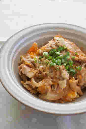 お肉を使わない代わりに豆腐を卵とじにしてのせた、簡単でお腹も満足できる丼ぶりです。豆腐から水分が出るので、濃いめに味付けするとちょうどいいですよ。