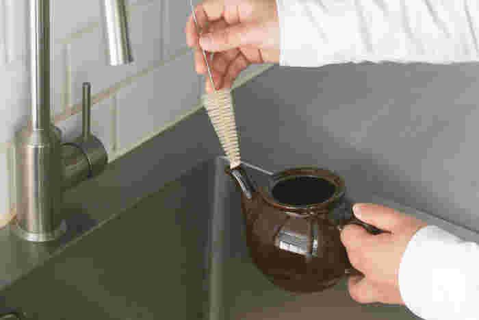 ティーポットの注ぎ口も、ブラシを使えば中まできれいに洗えます。愛用している物こそ、丁寧に洗って長持ちさせたいですよね♪そんな時にオススメの便利なグッズです。