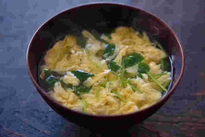 お味噌汁よりも手軽にでき、食卓に彩りをそえてくれる「かき玉汁」は、なんと言っても卵のふわふわ加減が決め手。 おだしにほんの少し水とき片栗粉を加えてとろみをつけてから、細く丁寧に溶き卵を流し入れるのがポイントです。