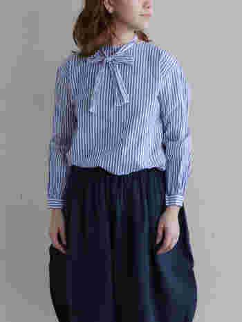 少しおめかししたい時に着たい、リボンタイ付きのブラウス。首元にアクセントをつけて軽やかに着こなしましょう。気持ちまで爽やかにしてくれるストライプ柄は春にピッタリです。