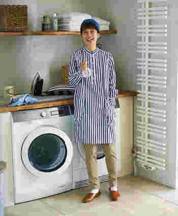 さわやかなブルー×ホワイトのストライプ生地で作られたのは、人気シリーズの「割烹着ワンピ」。綿100%なのでガシガシ洗って、ノーアイロンでも様になるラクちんさも嬉しいポイントです。気軽に着られるので、家着としても重宝しそう。