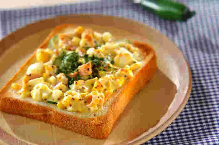 卵の下にハムとキュウリを敷いて、たっぷりの卵をのせて召し上がれ…。 卵のまろやかさがトーストに良く合い、粒マスターとのプチプチっとした食感が良いアクセントに!