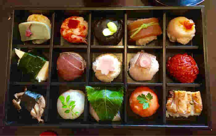 漫画「働きマン」で紹介されたことでも話題を呼んだ、可愛らしい手まり寿司のお店です。