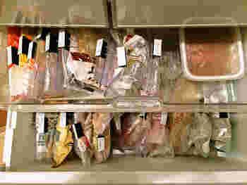 できあがったおかずは、分かりやすいように「作った日付」「おかず名」などをラベルに書いて保存容器やジッパーに貼り付けておきしょう。こうすることで1週間以上経った保存食を間違えて自分や家族の誰かが食べるキケンを回避できます。