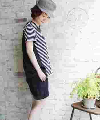 """ビンテージを模した天竺素材の風合いが魅力的な""""VINTAGEテンジクボーダーフレアークレリックT""""。  こちらも裾が広がった夏らしい一枚です。 前後で印象が変わるデザインが素敵。"""