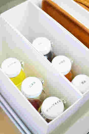 セラーメイトの調味料瓶のトップにはラベリングして上からでも把握しやすくしています。透明の瓶を使うと、中の調味料の色合いもよくわかります。