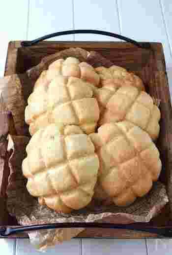 ホットケーキミックス、強力粉、アーモンドプードル、牛乳、卵、ドライイースト、バター、砂糖で作るメロンパン。ホットケーキミックスを使い、割と少ない材料で発酵なしで作れるメロンパン。簡単なのに、見た目も味もお店並みの仕上がりになるので、メロンパンは大変そうとこれまで躊躇していた方は一度試してみてはいかがでしょうか。
