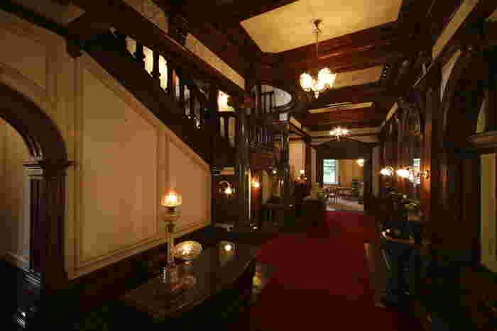 こちらは長楽館のロビー。洋館内にはレストランも併設。 周辺には八坂神社、清水寺、鴨川納涼床など京都文化を満喫できる名所が数々あるので 観光、旅行プランの組み合わせにも。