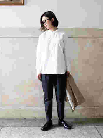 白のスタンドシャツに、黒のパンツを合わせたモノトーンコーデ。メンズのフォーマルスタイルのようなコーデは、スタイリッシュに決めたい時やハンサムな印象の着こなしをしたい時にぴったりです。ベージュのトレンチコートを羽織っても、さらにかっこ良い雰囲気が強まりますね。