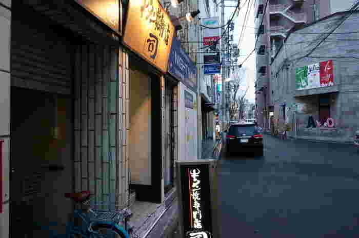 地下鉄の勾当台公園駅より徒歩約8分の距離にある牛タン焼専門店 「司」本店。