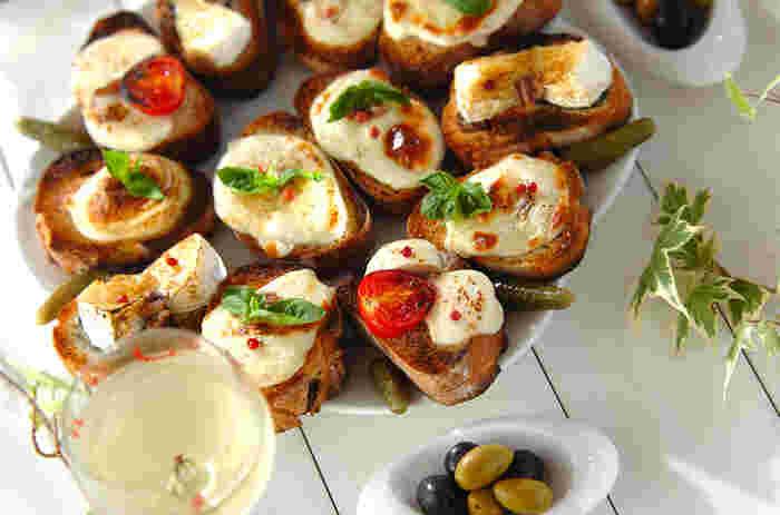 あぶったチーズの上にお好みのピクルスを添えるだけ。パーティにももってこいのおしゃれな1品です。