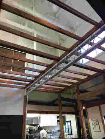 店内に入ると、吹き抜けになった天井がとても開放的です。