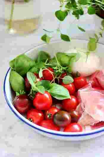 「南イタリア」は太陽が降り注ぐ温暖な気候で、オリーブオイルとトマトを使う料理が多く、また海に近いことから新鮮な魚介料理がよく食べられます。パスタは、乾麺が主流。日本でイメージするイタリア料理は、南イタリアのものが多いかもしれませんね。