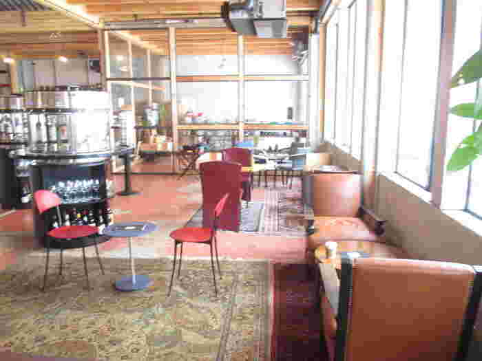 広い店内は窓も大きく、開放的な空間となっています。 人に気をつかうことなく、ゆったりと楽しめます。