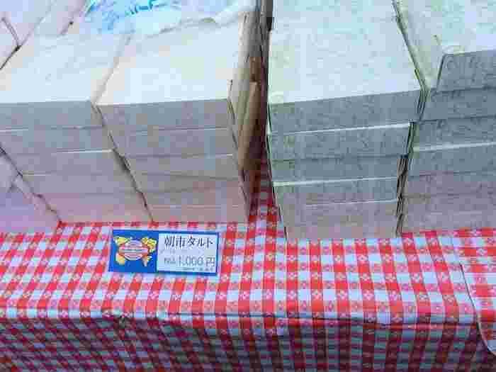 葉山の朝市といえば、忘れてはならないのが、ラ・マレード・チャヤのタルトとケーキの切り落とし。朝市限定&数量限定の人おいしいと評判の人気商品で、確かに並ぶだけの価値はあります。ケーキの切り落とし(1袋100円)と3種類のタルト(1ホール1,000円)という破格で、毎週朝から大行列ができます。