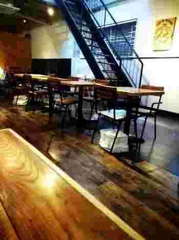中央に大きなテーブルがある店内は、2階建てで高い天井が開放感いっぱい。にはソファ席もあり、小さなお子さん連れでも入りやすいですよ。