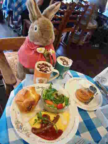 こんなにかわいいお客さんと相席できちゃう!身体にやさしい国産卵を使用したオムライスや、全国の農家の皆さんがまごころを込めて作った季節の新鮮野菜や果物を使ったメニューは、お子様にも安心して食べさせることができますね。もちろん、ピーターラビットカフェならではの、イラストが入った可愛いメニューも盛りだくさんです。
