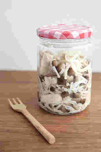 シンプルに塩だけで味付けした、塩キノコ。 茹でたキノコに粗塩を混ぜて保存します。どんな料理にも使え、時短にもなるので、常備菜として作り置きしておきませんか?