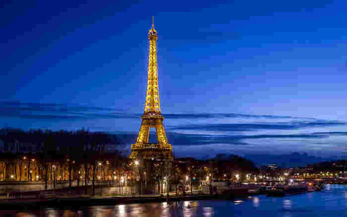 これぞパリ!といった風景ですね。セーヌ河に反射する、塔を取り巻く街頭の光もまた美しいです。セーヌ河から夜景を楽しむクルーズ観光に参加すれば、パリの夜景を楽して楽しめちゃいますよ!
