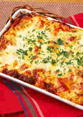 ミートソース、豆腐のホワイトソース、チーズ、水につけた餃子の皮をミルフィーユ状に重ねて、オーブンで焼くだけ。豆腐入りなので、濃厚過ぎない軽さもいい感じ。ミートソースは市販のものを使えば、より簡単ですね。