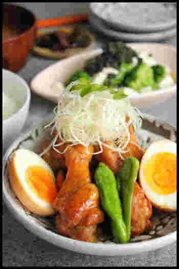 鳥手羽元の煮物は和食の定番おかずですよね。ただ、それだけじゃ物足りない。そんなときに煮卵を添えるとボリュームも見た目も豪華になります。