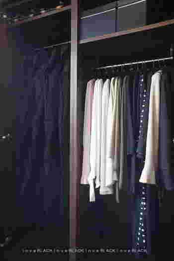 ハンガーのカラーは、収納する場所に合わせてチョイスすると落ち着きある光景を作り上げられます。