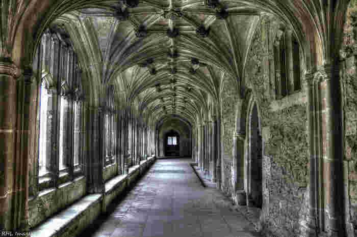 美しい回廊は、映画「ハリー・ポッター」で、ホグワーツ魔法学校の廊下として撮影が行われました。荘厳で静謐な佇まいをしたレイコック・アビーの回廊は、ハリー・ポッターファンでなくても見応えがある場所です。