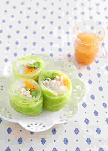 キャベツでアスパラや鶏ささみなどを巻いた春色ロール。春キャベツを使えば、より柔らかくて食べやすそうですね。サラダ感覚で食べられるヘルシーな前菜風の一品です。