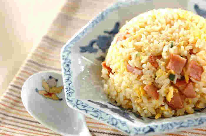 具材は卵、ネギ、焼豚。ラーメン屋さんで食べるみたいな美味しいチャーハンを簡単調理で!ご飯は固めに炊いたものを用意すると、パラパラな仕上がりに。